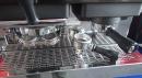 Pohled na obě grupy, pravá upravená pro přípravu espressa z mleté kávy, levá s adaptérem na PODy.